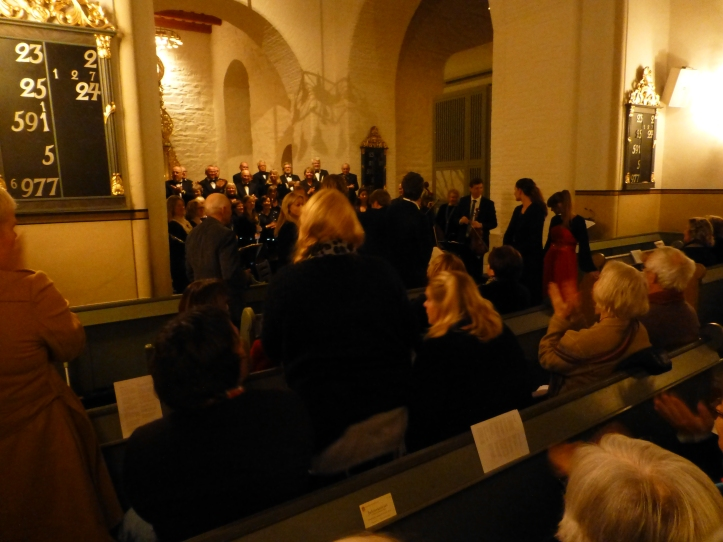 Fornøyde musikere, sangere og publikum