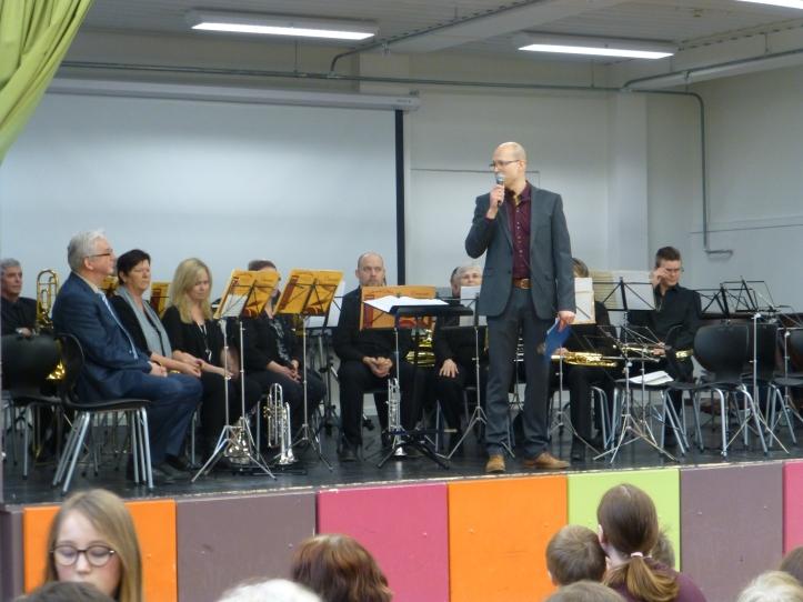 Det var DREV som arrangerte. Her Lars Einar med Blåseensemblet i bakgrunnen.