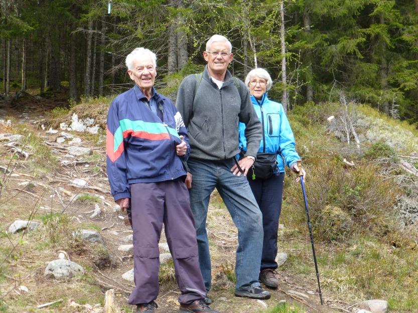 Sanger Vidar Engen, som er inne i sin 56. sesong i mannskoret. Her med Odd og Astrid Myrvang