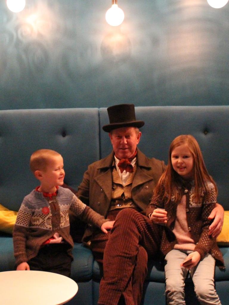 Barnebarn i Eidsvollsbygningsjakker strikket av mormor, og i midten morfar som Peder Anker i ettermiddag