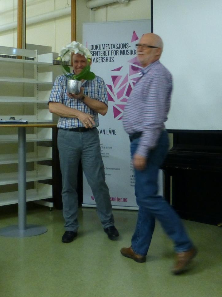De to superildsjelene Jon G. Olsen og Bjørn Hansen framfører en liten blomsterbalett.