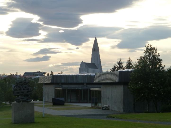 Hallgrimskirkja synes fra mange steder i Reykjavik