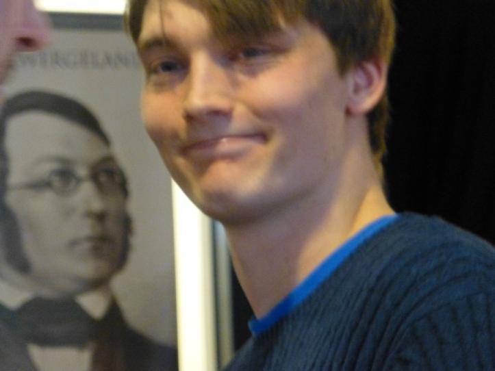 Eirik Jahren Røine med alvorlig lytter i bakgrunnen